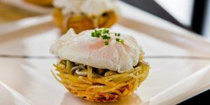 salteado-de-gulas-sobre-nido-de-patata-y-huevo-poche